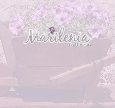 Un bel letto viola con un quadro di violette